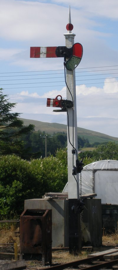 Front of 1912 home signal, Llanuwchllyn, 16 July 2015. Note replacement subsidiary arm and painting of the main arm.