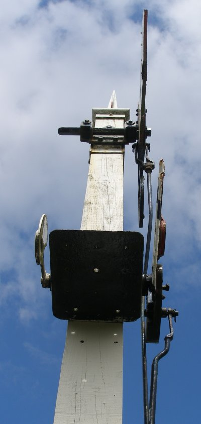 L&YR 1912 signal at Llanuwchllyn, Bala Lake Railway 16 July 2015 showing spindle detail. Note the white sleeve to which the spindle bracket is attached, and was created when the signal was re-posted