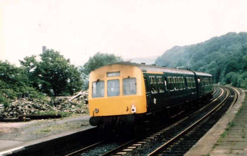 E51433+51498 (HS) arrive at Todmorden at 17:45 with the Leeds - Manchester Victoria service on 27 July 1980. Note the use of an oil tail lamp, even at this late stage of development.