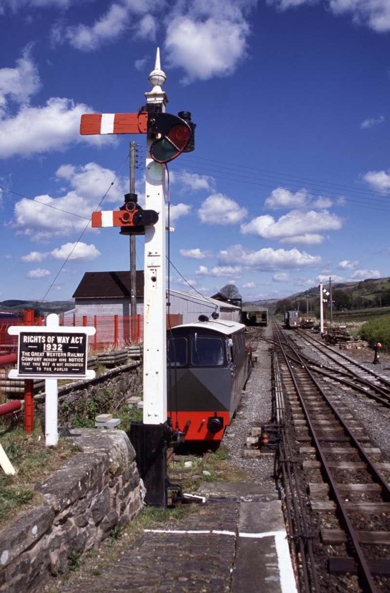 Geoff Cryer photgraphed the signal again, after it was repainted, on 05 May 2002