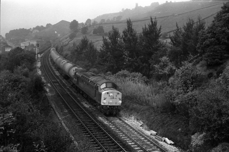Class 40 40118 at Horsfall Tunnel with east-bound tanks