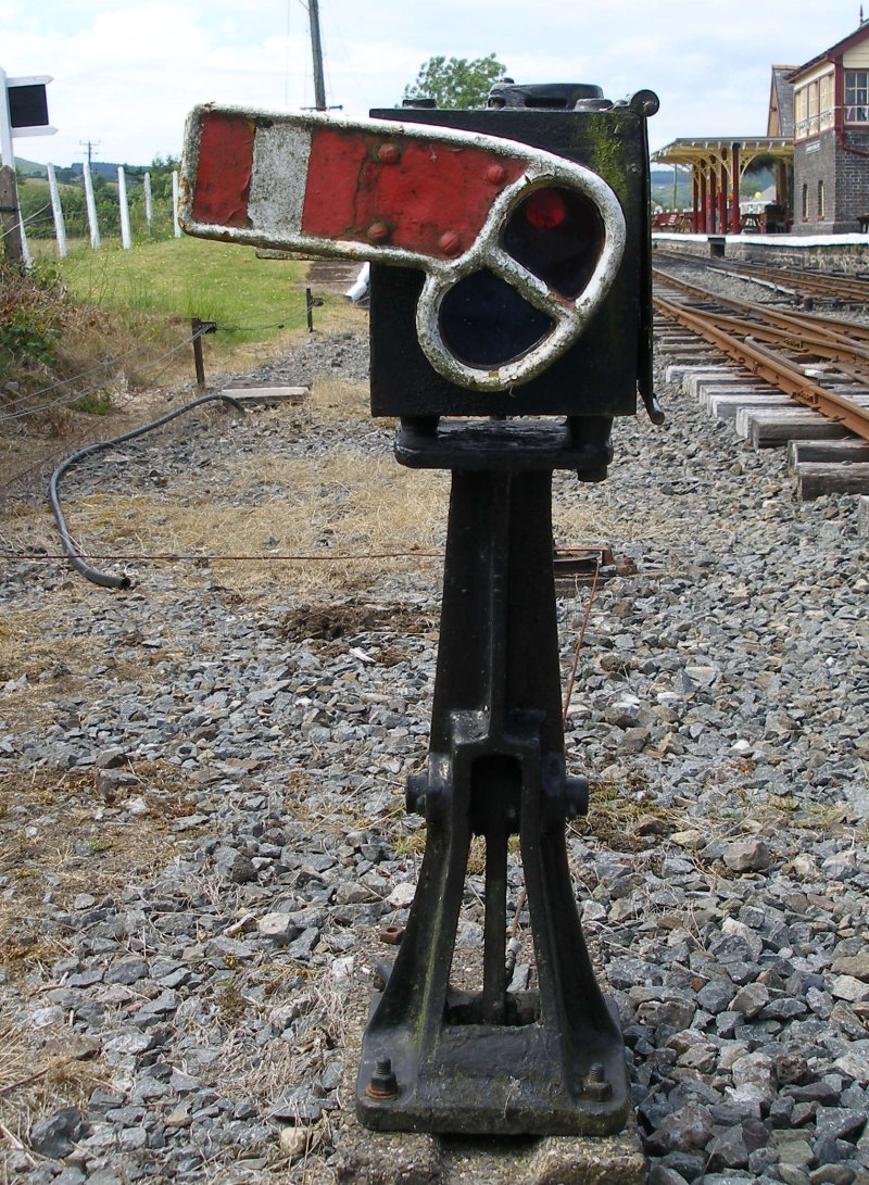 LNWR miniature ground signal front at Llanuwchllyn Station, Bala Lake Railway, 16 July 2015.