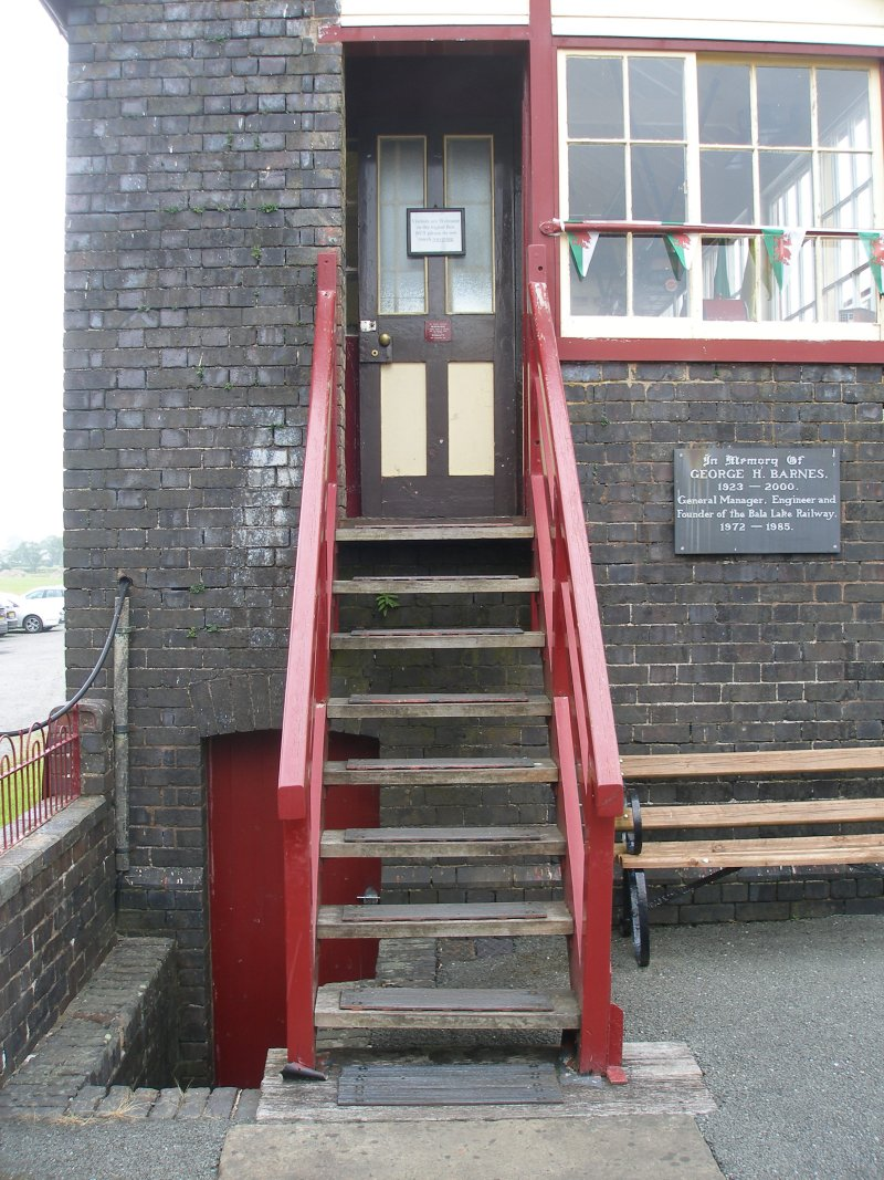 Llanuwchllyn Signal Box 16 July 2015: full frontal view of steps