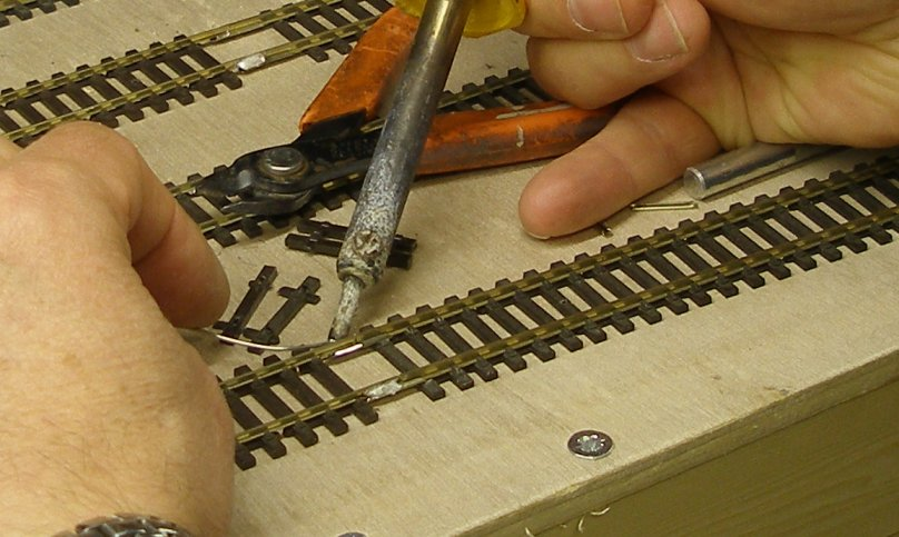 Joining of Peco Steamline Code 70 and Peco Code 100: Soldering the second rail to its fishplate